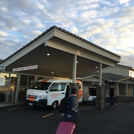 Mangere, Selandia Baru: 一房兩廳(客廳、餐廳),旅館面對馬路左轉即可搭乘32往地鐵站,或是有炸雞店小型的超市。超市大約九點關,炸雞大約11點休息。還算乾淨,設施比較老舊。