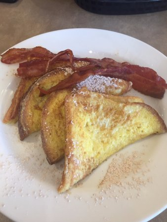 Haverhill, Массачусетс: French toast on Challagh bread with bacon You get three slices of bacon