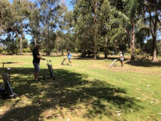 Cowaramup, Australia: Just a bit of fun with oversized golf balls, clubs and hotles