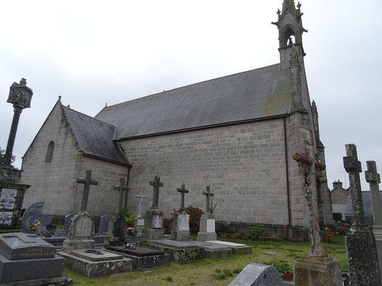 Questembert, France: La chapelle et le calvaire type croix bannière à gauche