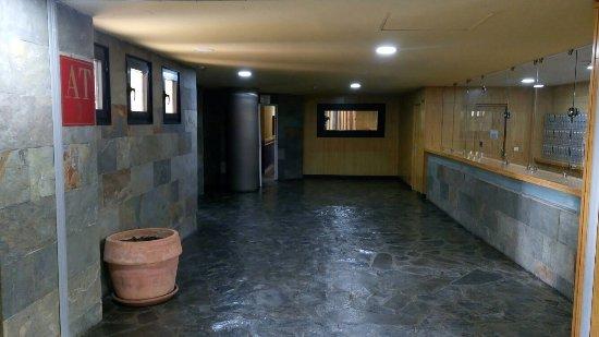 Pradollano, España: Lobby y entrada hacia la recepción de los apartamentos
