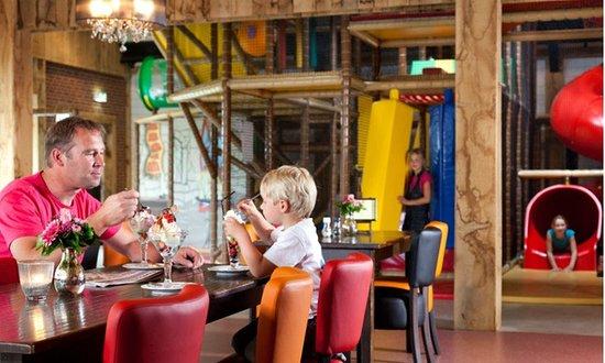 Tubbergen, Niederlande: Onbezorgt proeven terwijl de kinderen spelen