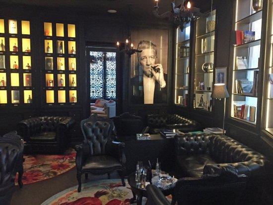 Opfikon, Schweiz: Bequeme Ledersessel in der Smoker Lounge.