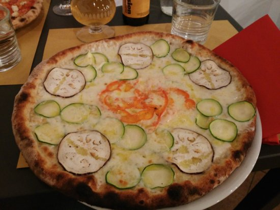 Bettolle, Italy: Pizza vegetariana con farina integrale