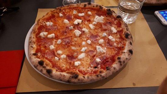 Bettolle, Italy: Pizza con prosciutto cotto e gorgonzola