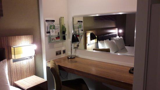 Stevenage, UK: Bureau gedeelte, lekker handig, ook om je make-up te doen.