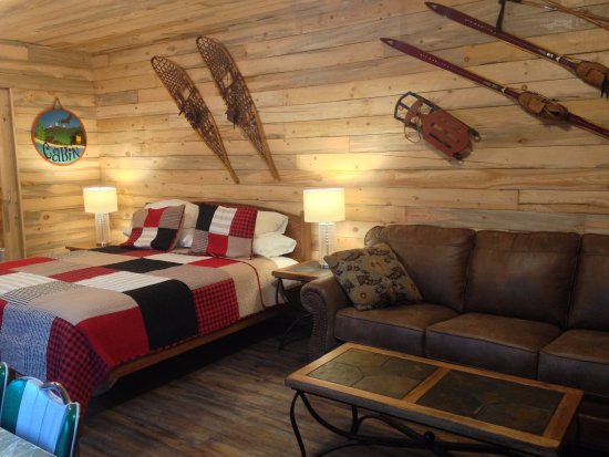Smithers, Canadá: Cabin 9 - King bed in living room