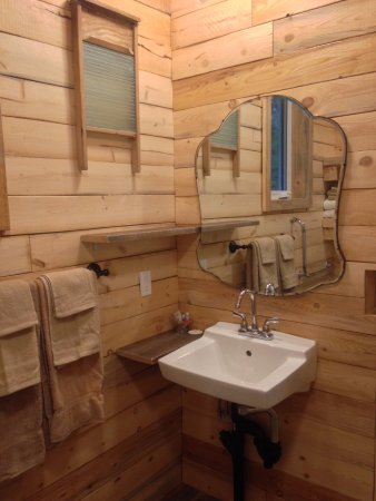 Smithers, Canadá: Cabin 9 - bathroom sink with vintage decor