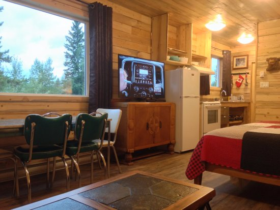 Smithers, Canada: Cabin 9 - full kitchen, vintage chrome table, large HD TV