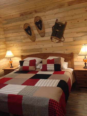 Smithers, Canada: Cabin 9 - 2nd King bed in back bedroom