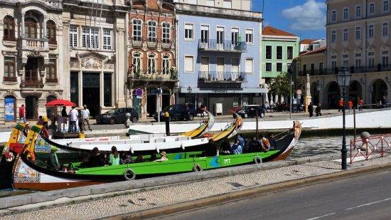 Aveiro, Portugal: Os moliceiros a par e a arte nova a espreitar!