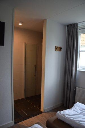 Slaapkamer beneden met tv en badkamer en suite - Foto van Landal de ...
