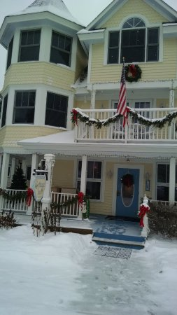 Cottage Inn of Mackinac Island: Walking up to the entrance of the Inn.