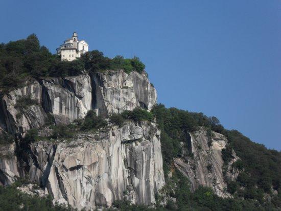 Madonna del Sasso, อิตาลี: Da lontano ti attrae ...