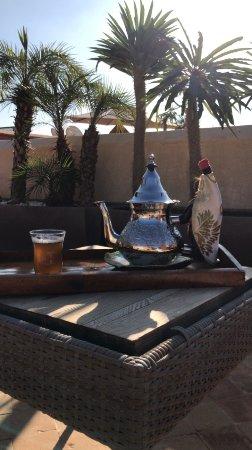 Riad tm nights: Der frische marokkanische Tee schmeckt auf der eimaligen Dachterrasse des Riads am besten.