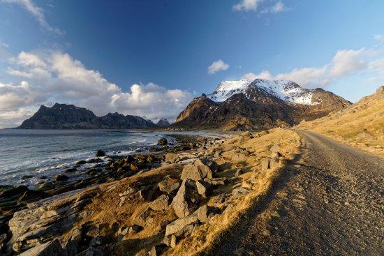 Leknes, Noruega: coastline to Uttakleiv Beach, walking path