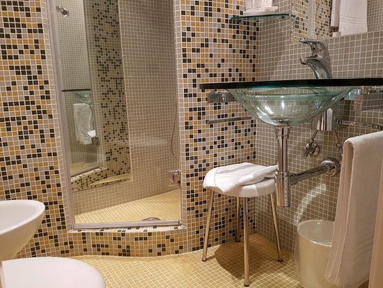 BAGNO CON DOCCIA CON MOSAICO - Picture of BW Signature Collection ...