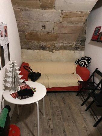 Fuerth, Germany: Der Wartebereich mit Couch und Knobelspielen