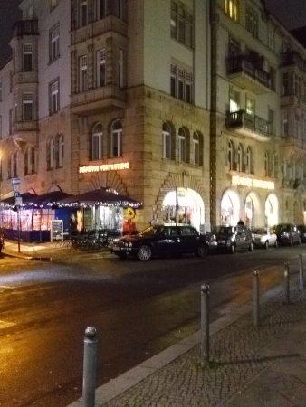 Staendige Vertretung: Se deja ver desde el puente sobre el Spree y desde la estación grande de metro de Friedrichstras