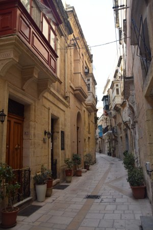 Birgu (Vittoriosa), Malta: The auberge of France is the pink building on the right.
