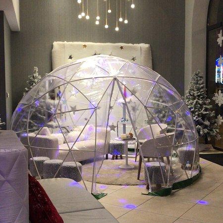 Magnifique hôtel en plein centre-ville. Décoration de Noël dans le ...
