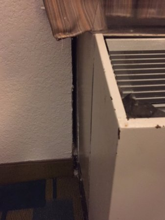 Stafford, TX: A/C unit open to outside of hotel. Car lights visible.