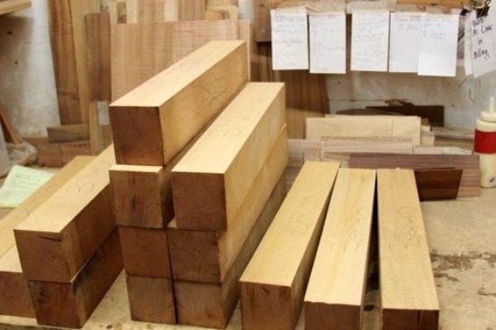 Kaneohe, Hawái: South American genuine mahogany waits patiently to be made into necks