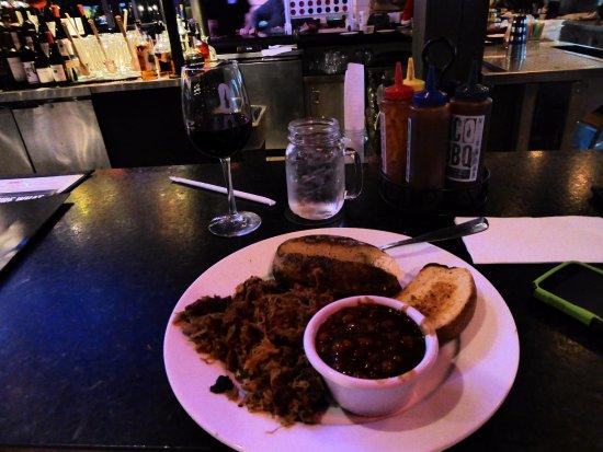 Plantation, FL: Pulled pork and baked beans at Smokey Bones