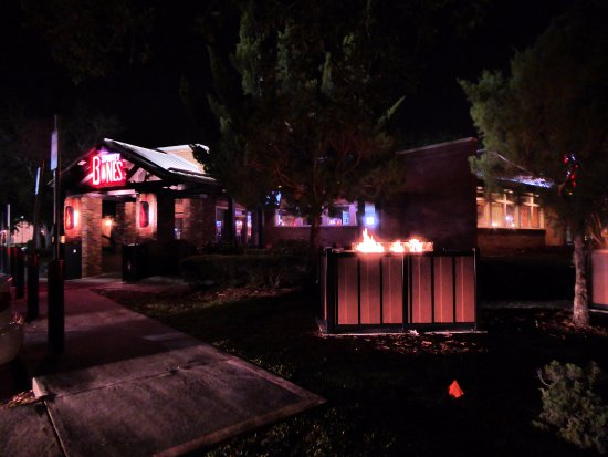 Plantation, FL: Smokey Bones at night - compete with outdoor fire