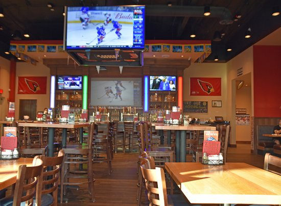 Casa Grande, AZ: Inside Boston's Pizza sports bar area