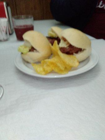 Baeza, Spagna: Tapa de hamburguesa acompañada de la bebida