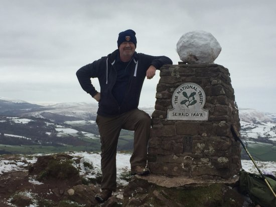 Abergavenny, UK: Yes that is a big snowball.... and a West Ham woolly hat !