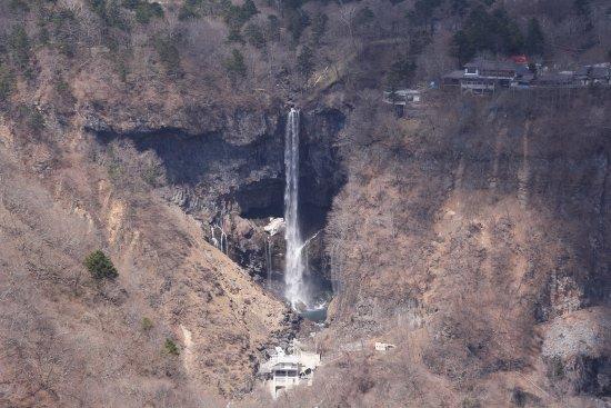 Akechidaira Observation Area: 展望台からズームした華厳の滝の様子