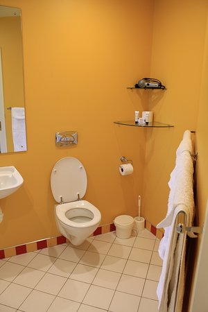 Kaiapoi, New Zealand: Bathroom - shower, toiletries, hairdryer and all towels