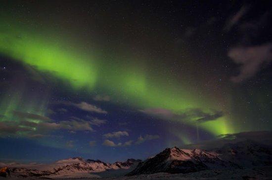 Auroras, volcanes y laguna glaciar