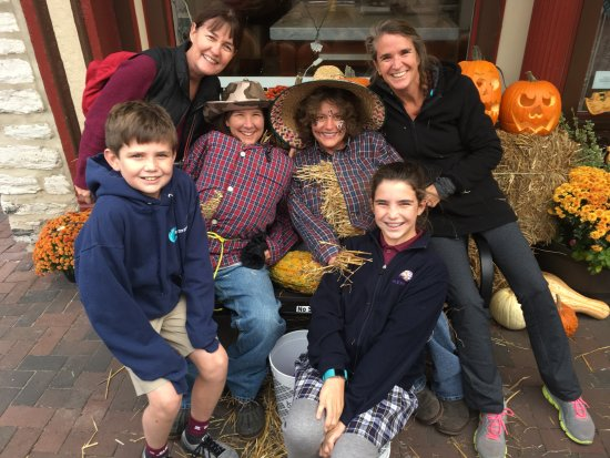 Mums & pumpkins on Kilwins' back stairs! - obrázek ...