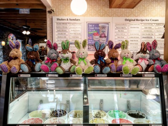 Saint Charles, MO: Easter bunnies hang out at Kilwins!