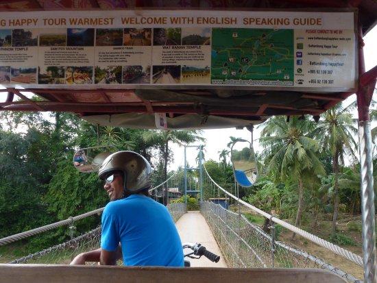 Battambang, Kamboçya: Sokha midway across the suspension bridge