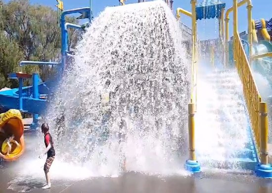 Dunsborough, Australien: Big bucket water fall fun at Xscape to the Cap