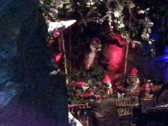 Rainforest Cafe: A tiger with a Santa hat