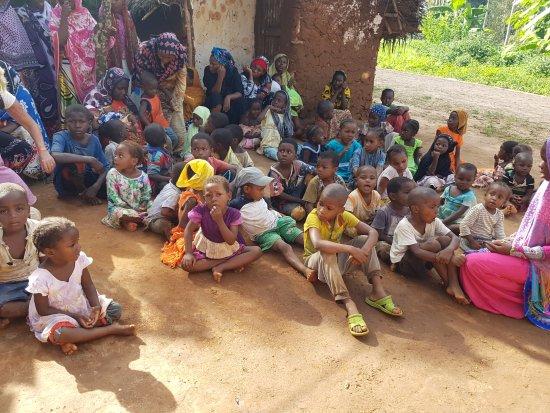 Kiwengwa, Tanzania: Der Empfang des Dorfes