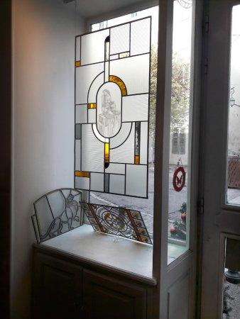 La vitrine de l'atelier (côté gauche) où sont exposés quelques vitraux