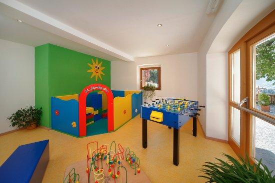 Hotel Kiendl: Kinderspielzimmer mit Direktzugang zum Aussenbereich
