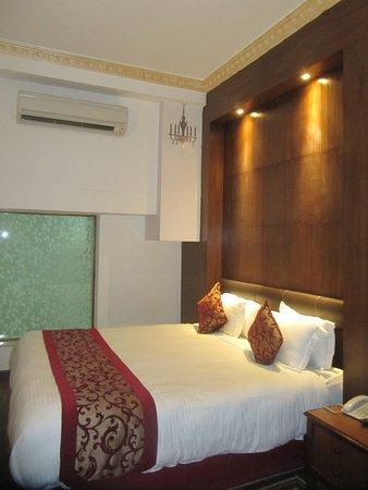 Kathmandu Guest House: Suite con vetrata sul bagno