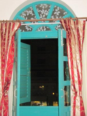 Kathmandu Guest House: Finestra sul giardino