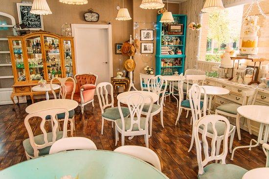 La pequena pasteleria de mama valencia restaurant - Decoracion de cafeterias pequenas ...