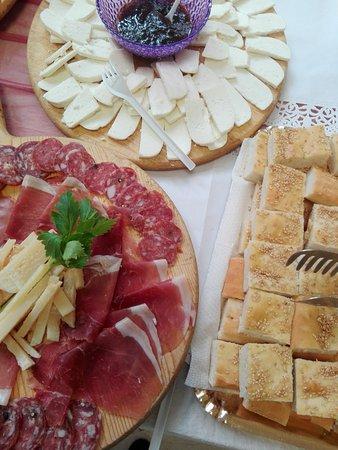 Mercato Saraceno, Italia: Gli antipasti della casa: affettati misti, formaggio di capra e spianate.. tutto prodotto in azi