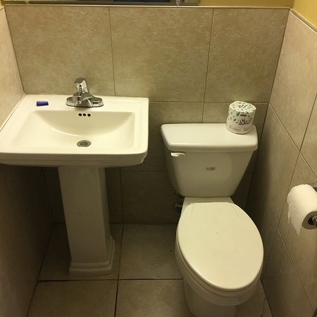 Budget Inn: Tiny bathroom.   The bathroom is only 4 feet wide. My shoulder was against the wall on one side