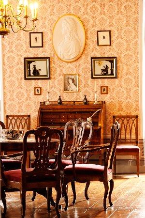 Uhlstadt - Kirchhasel, Германия: Roter Salon mit dem Damenschreibtisch von Charlotte von Stein