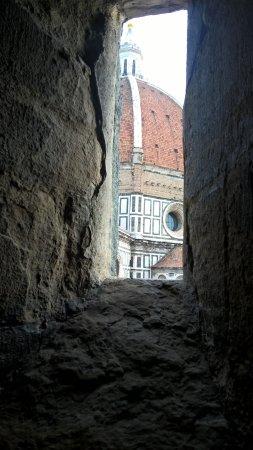 Campanile di Giotto: Finestrella lungo la scalinata per giungere in cima al campanile